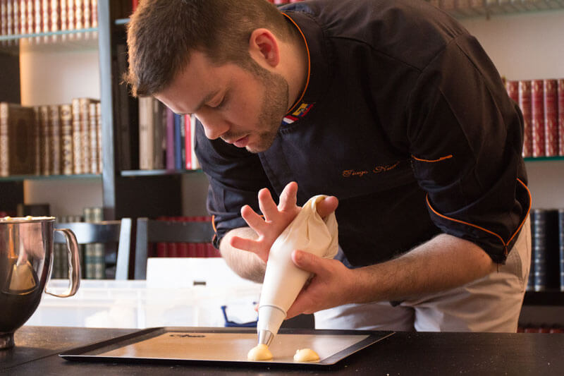 Idée Cadeau à moi la toque sur Paris et Île de France : cours de pâtisserie le chef Tiago Nunes en action