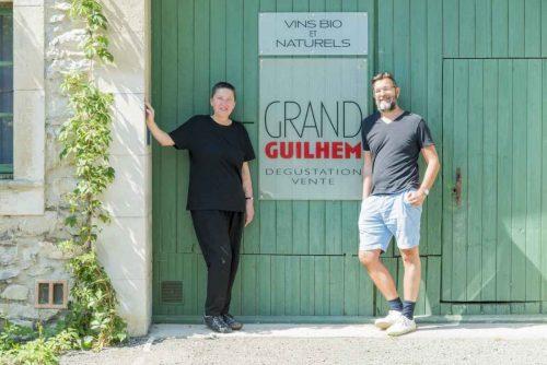 Idée Cadeau Domaine Grand Guihlem - Séverine et Gilles devant le caveau de dégustation