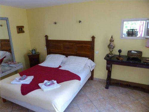 Idée Cadeau Chambres d'hôtes St-Nicolas à Vézinnes : chambre jaune