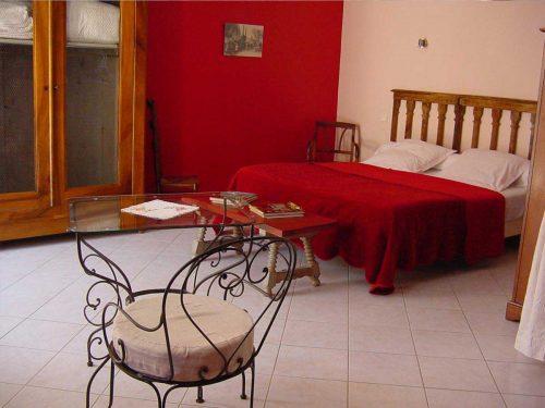 Idée Cadeau Chambres d'hôtes St-Nicolas à Vézinnes : chambre rouge