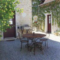 Idée Cadeau Chambres d'hôtes St-Nicolas à Vézinnes : cour 2