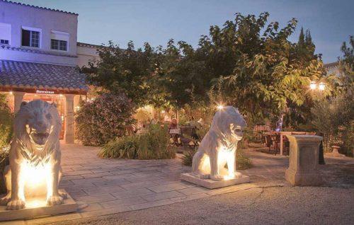 Idée Cadeau hôtel le Mas de la Fenière à Arles : lions à l'entrée