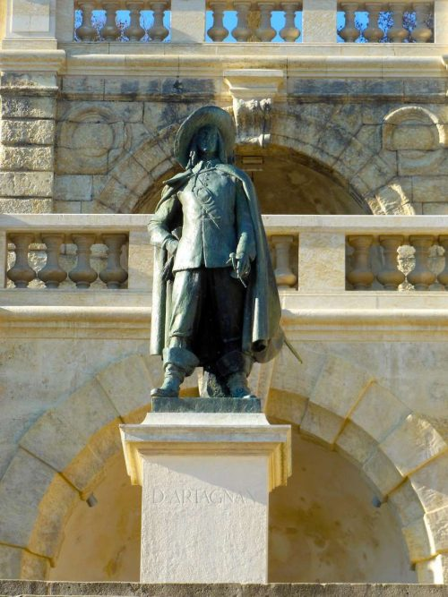 Idée Cadeau Hotel Restaurant Solenca Nogaro statue dartagnan hotel gers