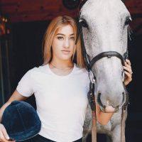 Idée Cadeau Les 3 Fers Saint-Raphael cheval et jolie cavalière