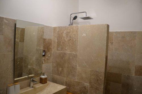 Idée Cadeau Maison Saint-Louis Besse-sur-Issole - salle de douche Thoronet