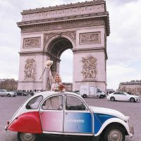 Idée Cadeau Paris Authentic - la 2 Cv Arc de triomphe