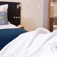 Idée Cadeau Hotel le Monestié Boujan-sur-Libron - chambre et peignoir