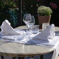 Idée Cadeau Le Lezard Gourmand Eygalieres - table pour 2 en terrasse