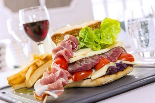 Idée Cadeau Les Nations Hotel Restaurant Vichy - a table